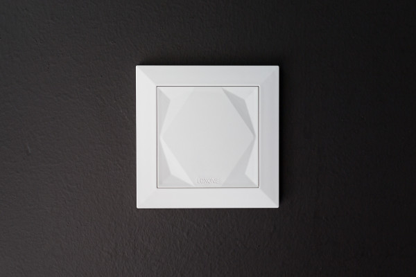 loxone-touch-mounted-on-wall-shop_hanna